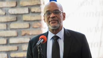 Ariel Henry destituiu o procurador-geral Bed-Ford Claude alegando 'grave erro administrativo'; não está claro se ordem é válida já que se trata de uma prerrogativa do presidente, cujo cargo continua vago