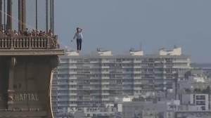 Equilibrista atravessa céu de Paris em corda bamba a 70 metros do chão; assista