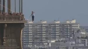 Francês atravessa céu de Paris sobre slackline; veja imagens