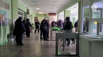 Suspeito foi ferido e preso após resistir a policiais, de acordo com o Comitê de Investigação da Rússia; ao menos 28 pessoas procuraram assistência médica após ataque