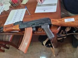 Com o homem, que diz ser professor de música, foram apreendidos uma espingarda calibre 32 e replicas de arma de fogo