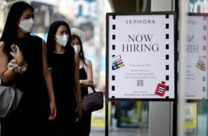 Novos casos de Covid-19 podem também ter feito com que pessoas desempregadas ficassem em casa, frustrando os esforços dos empregadores de aumentar as contratações