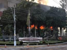 Fogo começou durante a madrugada desta segunda-feira (6) e já foi controlado; não há vítimas e Corpo de Bombeiros está no local