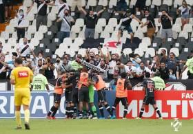 Volta dos torcedores em São Januário foi marcada por aglomeração e tentativa de invasão ao estádio