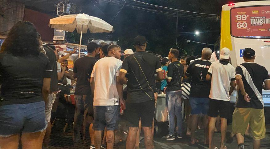 Apesar do público reduzido São Januário registrou aglomerações na volta da torcida nos jogos do Vasco