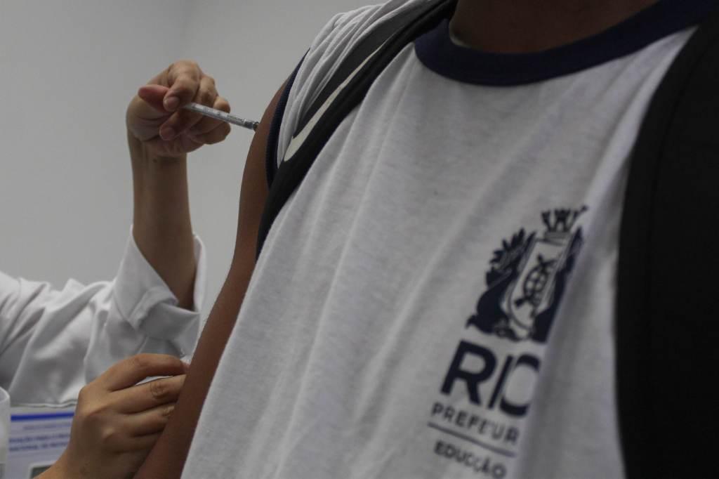 Agente de Saúde aplica dose de vacina da Pfizer contra a Covid-19 em adolescentes de 14 anos, no Centro Municipal de Saúde João Barros Barreto, em Copacabana, zona sul do Rio de Janeiro