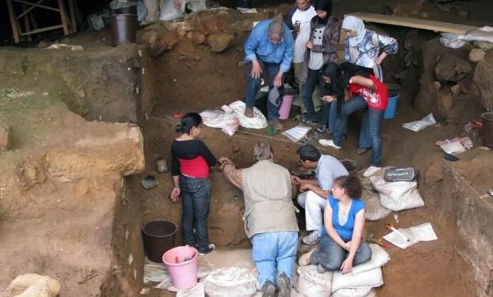 Arqueólogos escavam a Caverna Contrebandiers, no Marrocos, em 2009