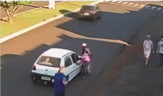 Mulher ficou ferida após cair da bicicleta ao ser vítima de importunação sexual de motorista