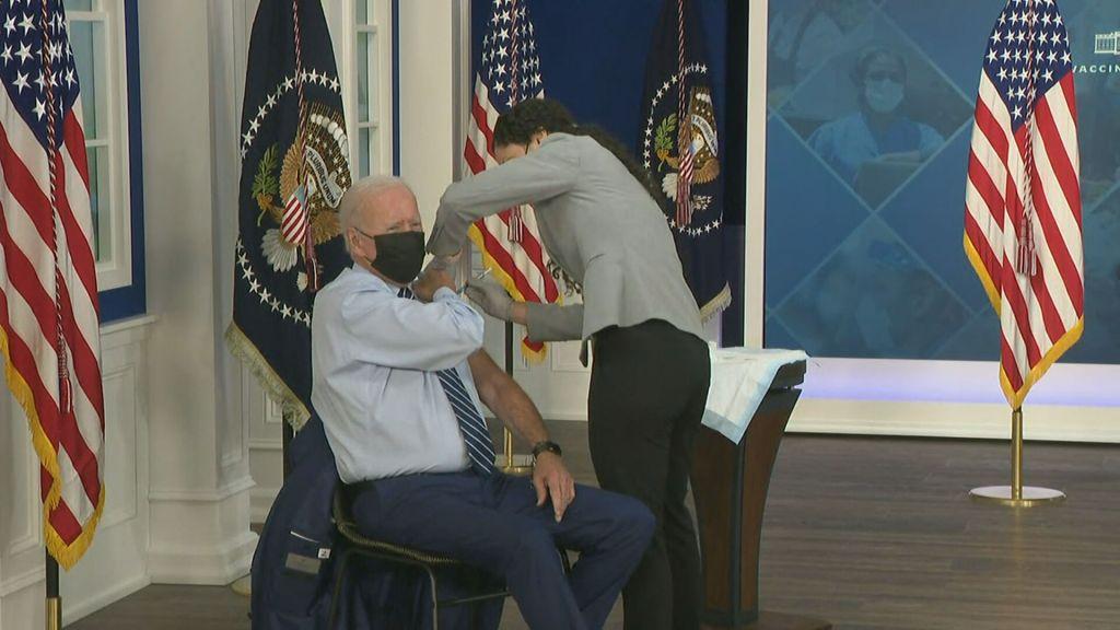 Joe Biden tomando a dose de reforço