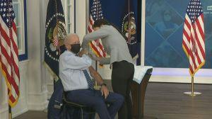 Biden recebe dose de reforço contra a Covid-19 e frisa importância da vacinação