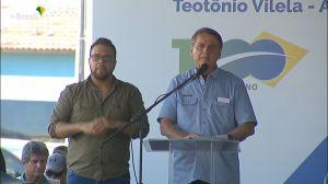 Jair Bolsonaro participa de entrega de conjunto residencial em Alagoas