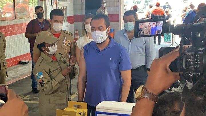 Cláudio Castro, governador do Rio, toma a segunda dose da vacina contra a Covid-19 em posto de saúde em Copacabana (28.set.2021)