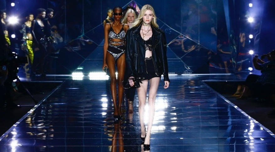 Desfile da Dolce & Gabbana utilizou elementos brilhantes e roupas cravejadas de pedras