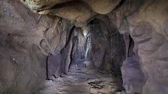 Pesquisadores encontraram câmara de 13 metros de profundidade em um complexo de cavernas; local tinha restos de animais e um dente de leite de um neandertal
