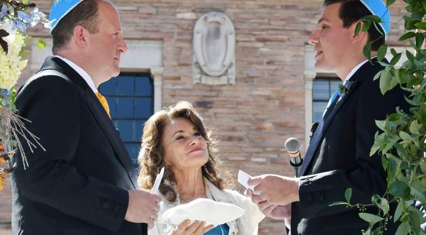 O governador do Colorado, Jared Polis, à esquerda, e seu parceiro, Marlon Reis, se casaram em uma cerimônia judaica