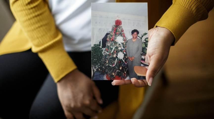 Nykiah Morgan segura uma foto de sua mãe, Dorothy Morgan, uma das vítimas identificadas