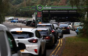 Reino Unido chama exército para distribuir combustível em meio à escassez em postos