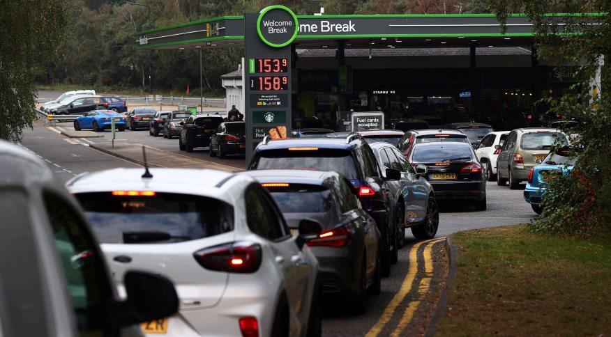 Motoristas fazem fila para comprar gasolina e óleo diesel em um posto de gasolina na rodovia M3 perto de Fleet, a oeste de Londres