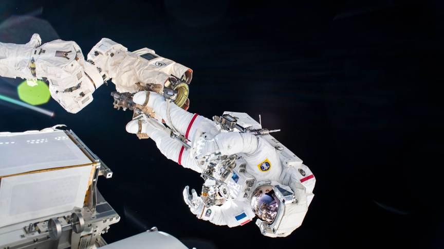 O astronauta da ESA Thomas Pesquet é fotografado durante uma caminhada no espaço de 20 de junho