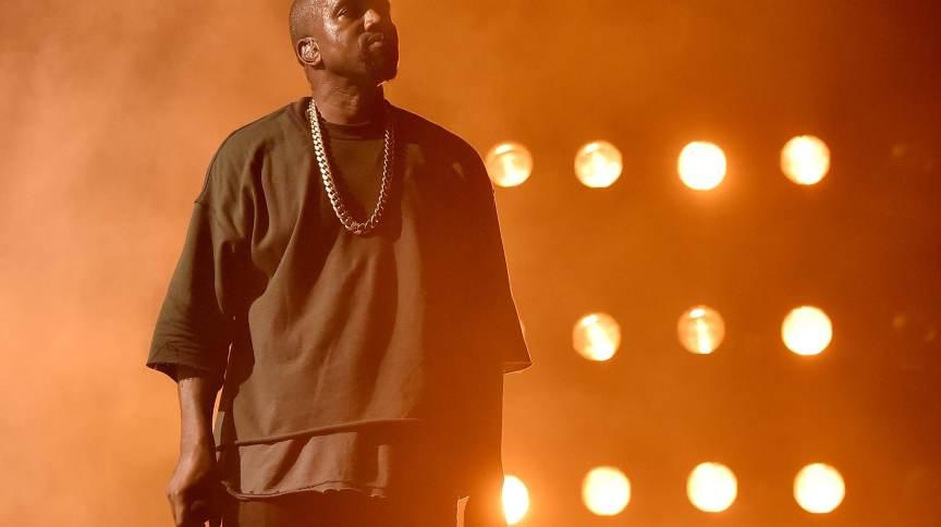 Cantor Kanye West em apresentação no iHeartRadio Music