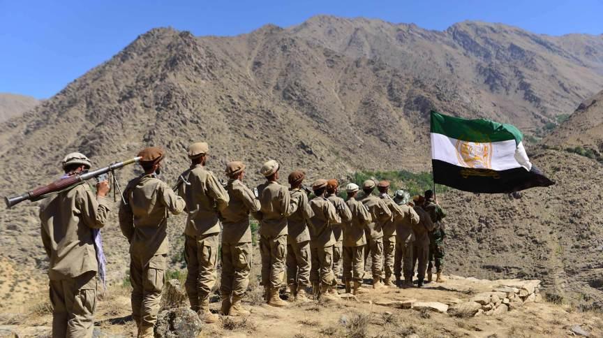 Movimento de resistência afegão e as forças de levante anti-Talibã em treinamento militar na área de Malimah do distrito de Dara, na província de Panjshir