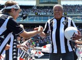 Atacante e ídolo do Brasil e do Botafogo ficou 10 dias internado após contrair uma pneumonia viral causada pela Covid-19