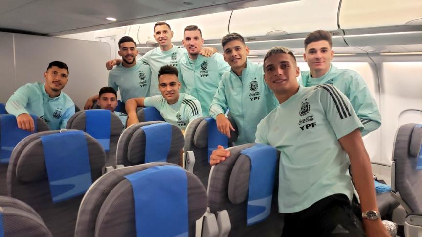 Jogadores da seleção da Argentina embarcaram rumo ao país após prestarem declaração