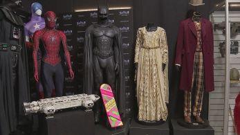 O acervo inclui um capacete da saga Star Wars e o terno de James Bond