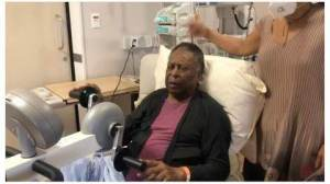 Filha compartilha foto de Pelé fazendo fisioterapia no hospital