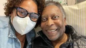 Filha de Pelé publica foto com ex-jogador, que segue internado em hospital