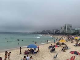 Nem mesmo a queda na temperatura afastou da orla os cariocas que não viajaram