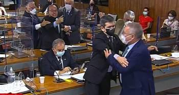 Senadores discutiram após relator da CPI afirmar que população tem a percepção de que governo Bolsonaro é corrupto