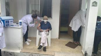 Imunização começa pelos que vivem em casas de longa permanência, como abrigos e asilos