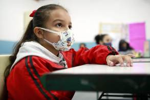 Para especialistas, crianças continuam sendo menos afetadas com a doença, mas a situação acende um alerta para o reforço dos cuidados nessa faixa etária