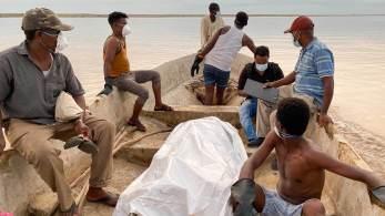 Os contornos fantasmagóricos de braços e pernas emergem através da névoa ao longo do rio Setit, no leste do Sudão