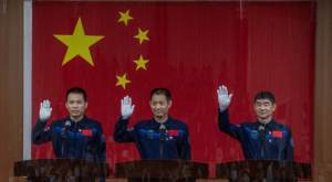 Astronautas chineses retornam após missão de 90 dias na estação espacial