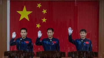 Os três homens - Nie Haisheng, Liu Boming e Tang Hongbo - pousaram em segurança na região autônoma da Mongólia Interior