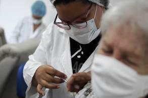 Idosos e pessoas com comorbidades imunizadas com a vacina da Pfizer devem receber dose de reforço
