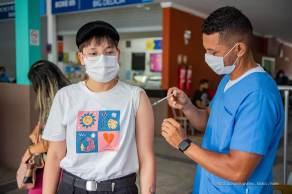 Pelo menos oito cidades decidiram interromper a aplicação da vacina em jovens de 12 a 17 anos. Na capital, a imunização dos adolescentes está mantida