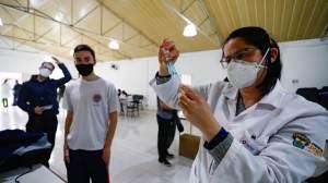 Ministério da Saúde volta a orientar a vacinação em adolescentes sem comorbidades