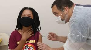 """""""Pais e mães podem ficar totalmente tranquilos sobre a vacina"""", diz especialista"""