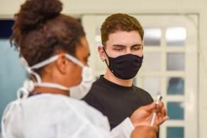 Ministério da Saúde recomenda a suspensão da vacinação contra Covid-19 em adolescentes de 12 a 17 anos sem comorbidades no país