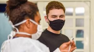 'Tendo doses, é preciso vacinar adolescentes', diz vice-presidente da SBIm