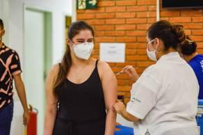 """Ao contrário da recomendação da Saúde, Ana Escobar disse à CNN que essa faixa etária pode receber a segunda aplicação """"com segurança"""""""