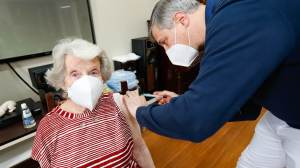 Proteção de vacinas contra Covid-19 diminui com o tempo, especialmente em idosos, diz CDC