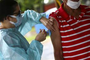 À CNN, Carla Domingues também falou sobre a estratégia de vacinar quem está com a segunda dose da AstraZeneca atrasada com a vacina da Pfizer