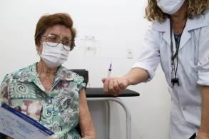 Primeira dose da vacina também estará disponível para pessoas imunossuprimidas com mais de 18 anos