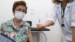 Cidade de SP inicia aplicação da 3ª dose em idosos de 80 anos nesta segunda