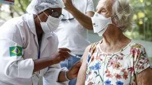 Idosos acima de 60 anos vão receber dose de reforço contra a Covid-19