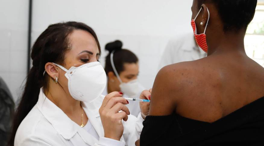 Vacinação contra a Covid-19 em Porto Alegre; mais da metade da população completou o ciclo com duas doses ou com a dose única da Janssen.